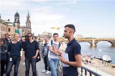 Mohammed Nhar zeigt die Dresdner Altstadt