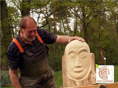 7  Bildhauerkurse Berlin mit Kettensaege und klassischen Werkzeugen bei Mario Mannhaupt.
