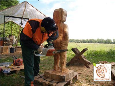 1 Bildhauerkurse Berlin mit Kettensaege und klassischen Werkzeugen bei Mario Mannhaupt.