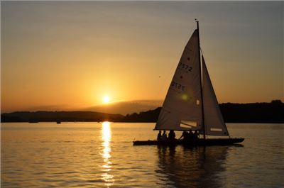 Segeln sonnenuntergang  Sunset-Sailing am Chiemsee | romantisches Segeln in den ...